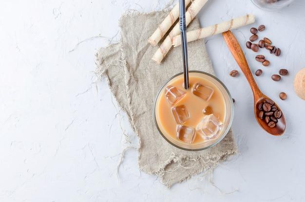 Caffè ghiacciato in vetro con ghiaccio