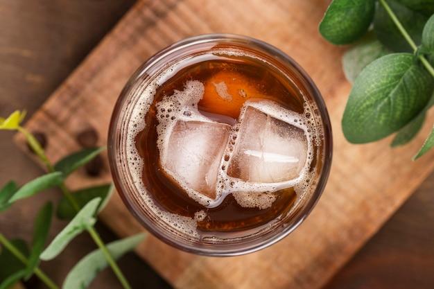 Caffè ghiacciato piatto su tavola di legno
