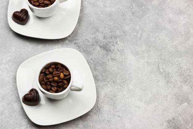Caffè in tazza bianca e cioccolatini. copia spazio. sfondo di cibo