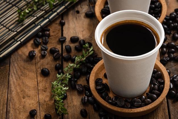 Caffè in tazza di carta su legno