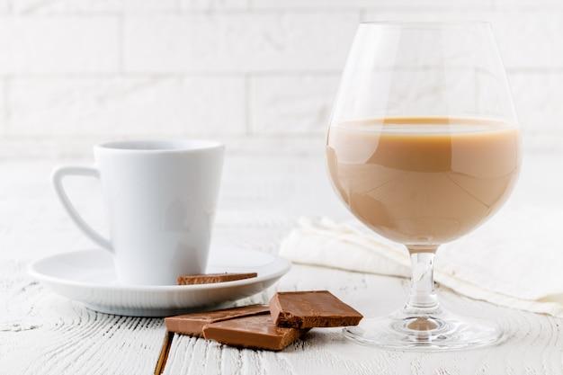 Caffè in tazza di ceramica bianca e pezzetti di cioccolato