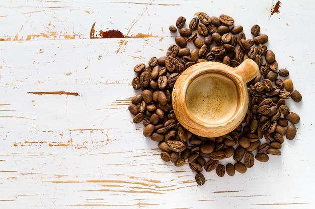 Caffè in tazza rustica, copia spazio