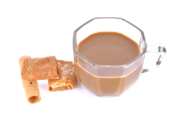 Caffè in un bicchiere su una superficie bianca