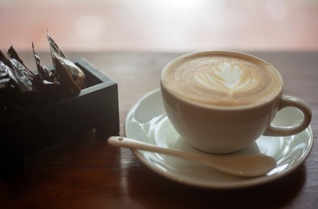 Caffè in una tazza bianca sul tavolo.