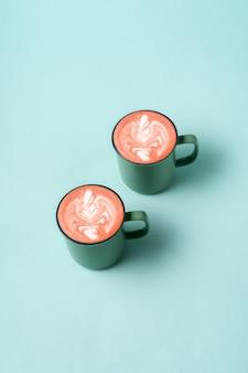 Caffè latte art in una tazza di tendenza neo color menta.