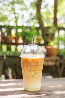 Caffè latte ghiacciato su un tavolo di legno.