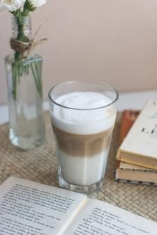 Caffe latter pausa rilassante con il libro