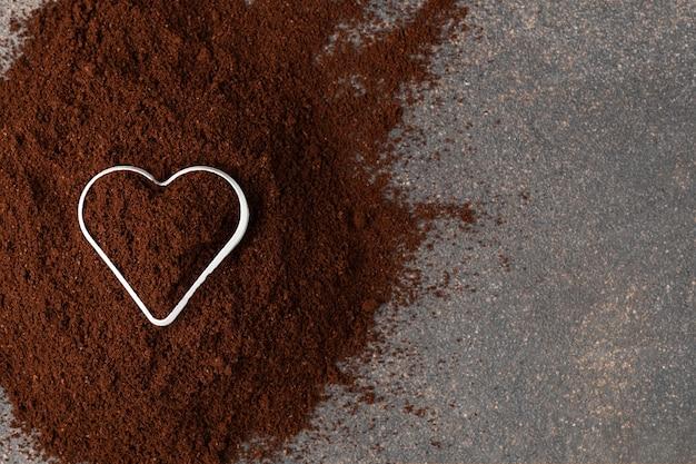 Caffè macinato con vista dall'alto a forma di cuore
