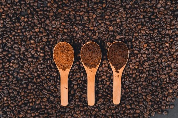 Caffè macinato in un cucchiaio sullo sfondo
