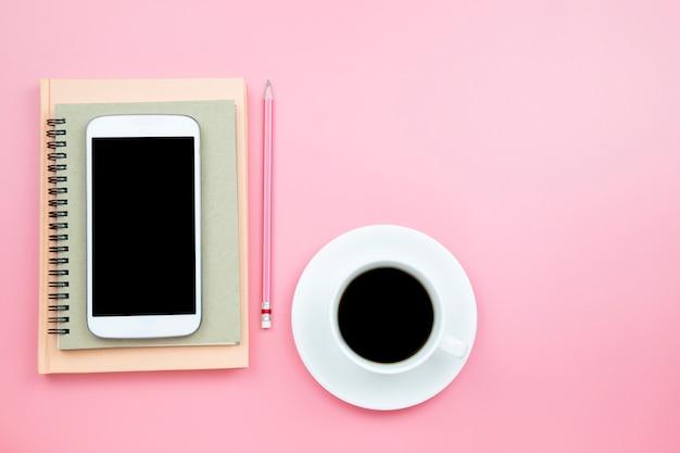 Caffè nero della matita del telefono cellulare del taccuino della copertura su fondo rosa