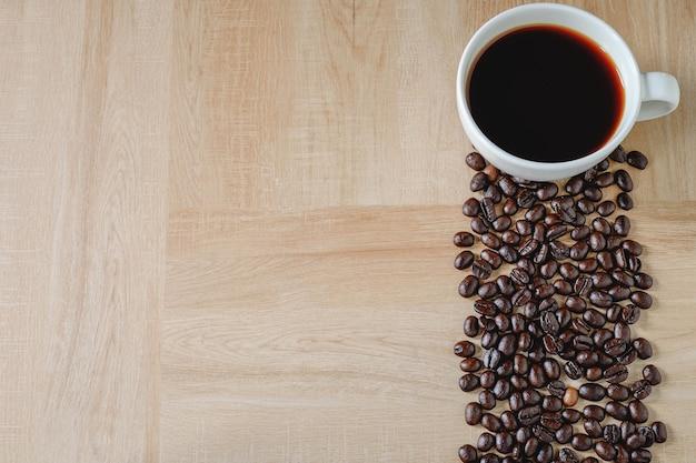 Caffè nero e chicchi di caffè tostato. spazio in bianco per l'immissione di testo.