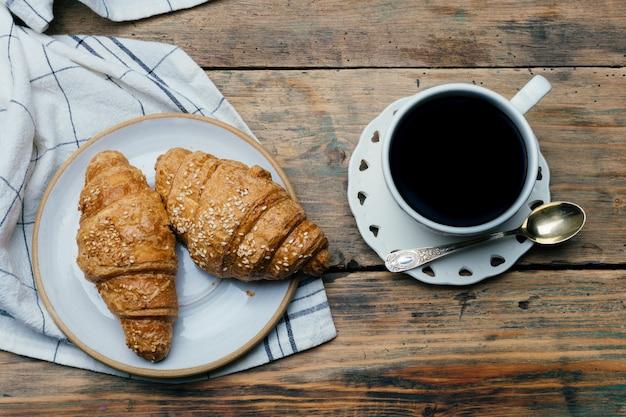 Caffè nero e cornetti. colazione tipica francese (petit déjeuner)