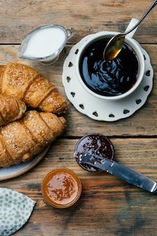 Caffè nero e cornetti con marmellata. colazione tipica francese (petit déjeuner)