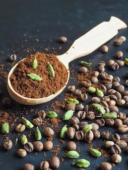 Caffè nero macinato e cardamomo. la tradizionale bevanda araba.