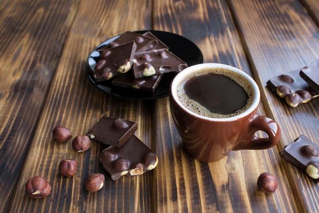 Caffè nero nella tazza di ceramica marrone