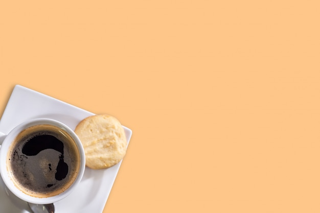 Caffè nero su sfondo di pastelli, concetto di allontanamento sociale