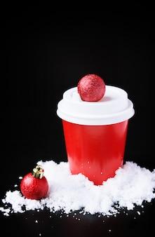 Caffè per andare in tazza rossa e decorazioni di capodanno