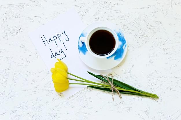 Caffè su sfondo bianco e fiori. tulipano. primavera. mattina. 8 marzo. festa della donna