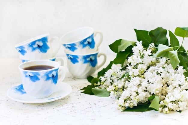 Caffè su uno sfondo in legno e fiori. lilla. primavera. mattina. 8 marzo. festa della donna