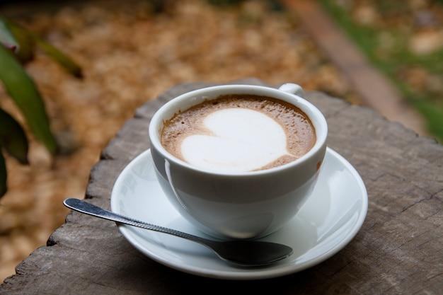 Caffè sul tavolo di legno