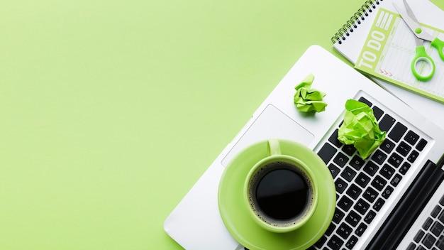 Caffè sullo spazio della copia del computer portatile