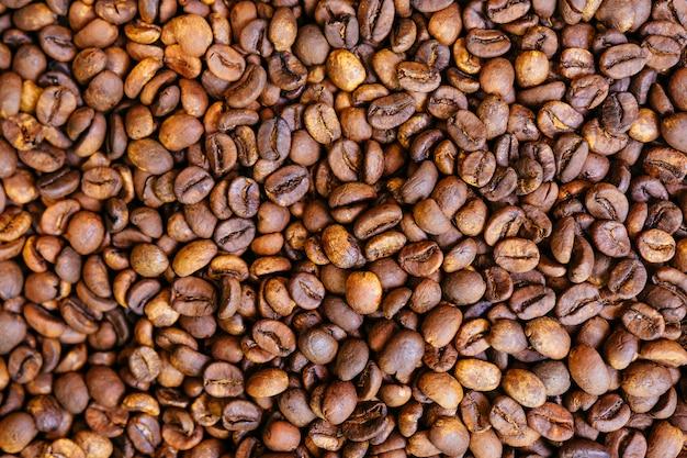 Caffè tostato chicchi di caffè sparati dall'alto, riempiendo il telaio