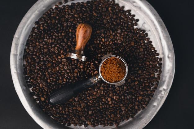 Caffè tostato nei precedenti del chicco di caffè