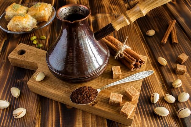 Caffè turco e delizia sul tagliere sul legno marrone