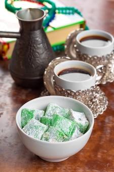 Caffè turco tradizionale e delizia turca.