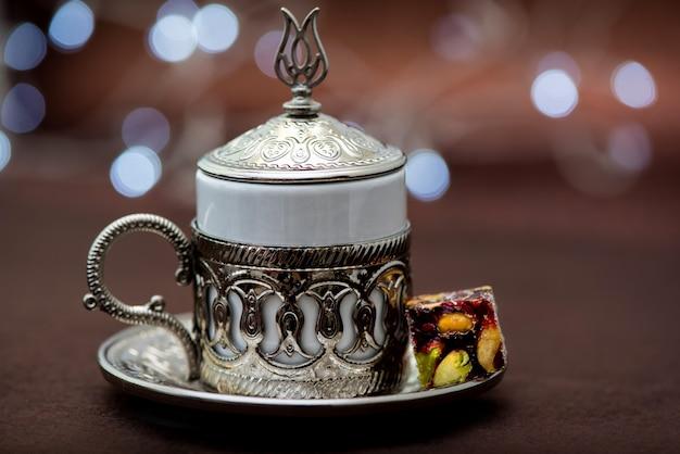 Caffè turco tradizionale in tazza tradizionale del metallo