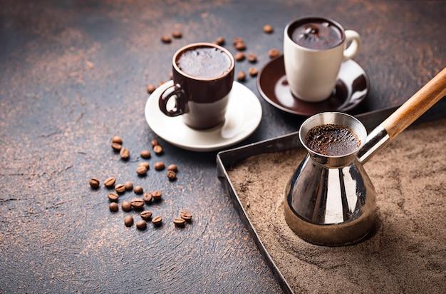 Caffè turco tradizionale preparato sulla sabbia calda