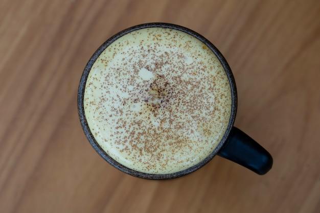 Caffè vietnamita tradizionale fatto con tuorlo d'uovo crudo e latte condensato