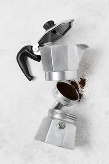 Caffettiera e macinacaffè con polvere di caffè