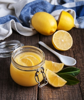 Cagliata al limone in barattolo di vetro con limoni freschi