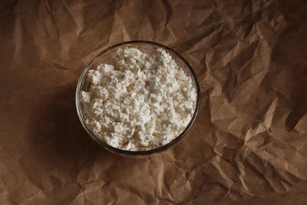 Cagliata granulare in un piatto