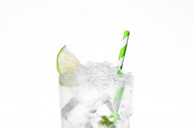 Caipirinha cocktail in bicchiere