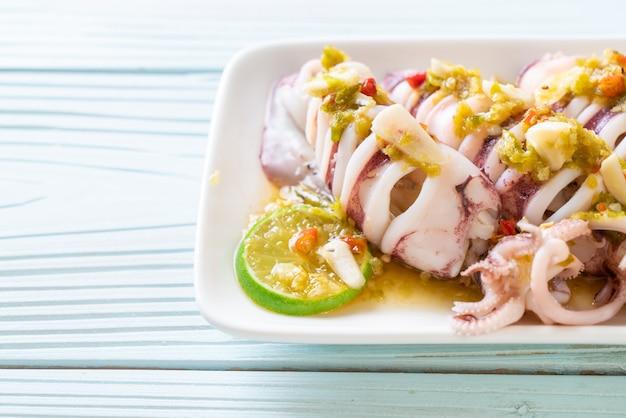 Calamari al vapore con peperoncino piccante e salsa al limone
