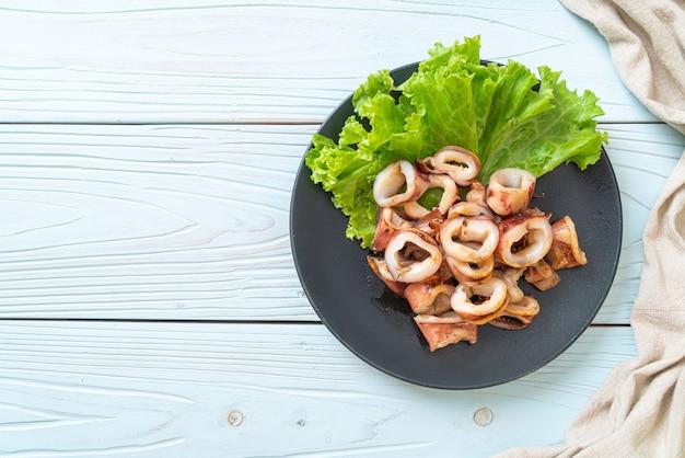 Calamari alla griglia sul piatto