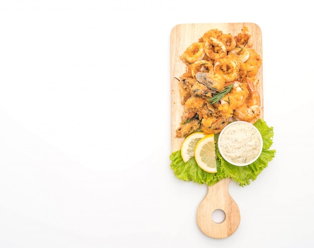 Calamari fritti di pesce, gamberi, cozze con salsa