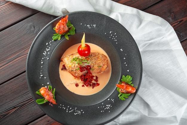 Calamari ripieni con parmigiano, cipolla e prezzemolo in salsa di pomodoro