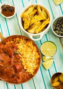 Calce e spezie vicino a piatto di riso e patate fritte
