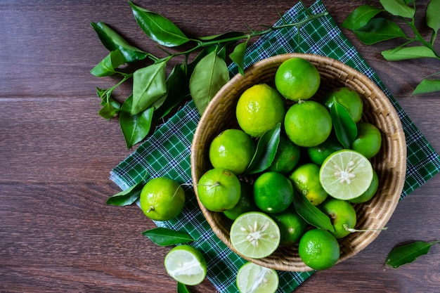 Calce fresca nel cestino verde