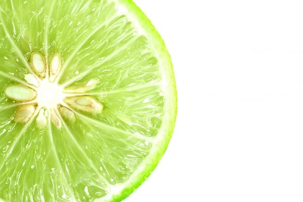 Calce fresca sull'immagine isolata fondo bianco