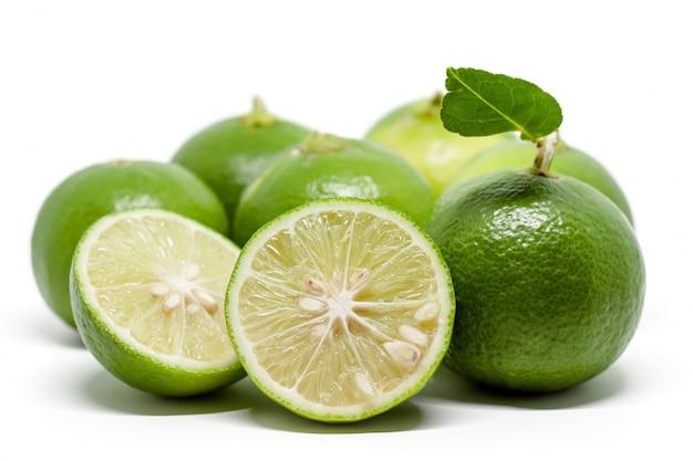 Calce verde su bianco per ingredienti alimentari e concetto di cottura