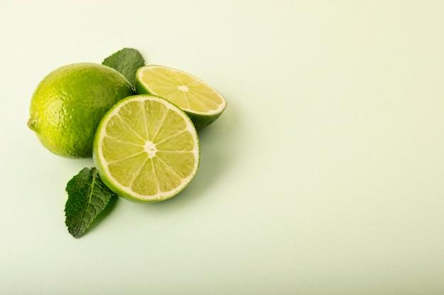 Calce verdi fresche su una priorità bassa pastello