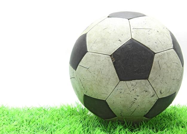 Calcio di calcio grunge su erba verde