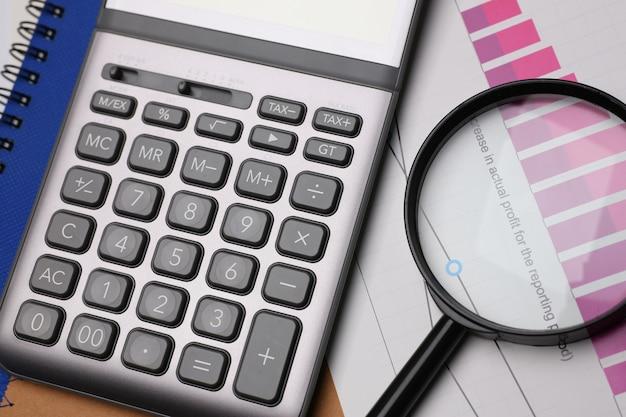 Calcolatore d'argento e statistiche finanziarie sulla lavagna per appunti