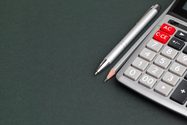 Calcolatrice da tavolo per ufficio con penna