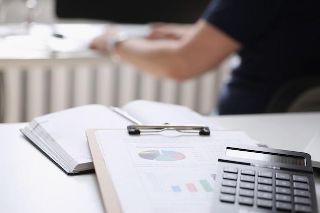 Calcolatrice documento cartaceo si trovano sul tavolo ufficio