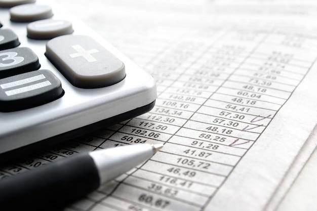 Calcolatrice e articoli di cancelleria sul tavolo